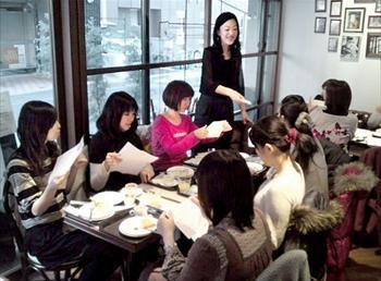 朝、カフェで新年の自分予報を語り合う「福岡ステキ女子委員会」の女性たち=2010年12月19日
