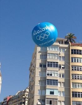 リオデジャネイロ市内に浮かぶ五輪のバルーン=2014年8月4日