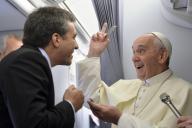 機内で記者と談笑するフランシスコ・ローマ法王