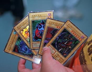 子どもたちに人気の遊戯王カード=2001年5月8日