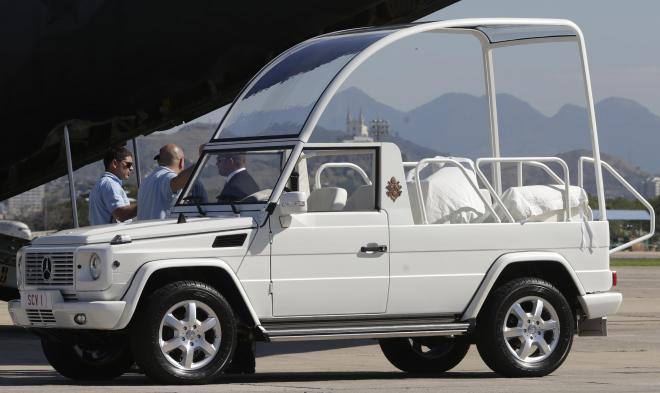 ところが、フランシスコ法王が「Popemobile」を改造。なんとオープンカーにしちゃいました