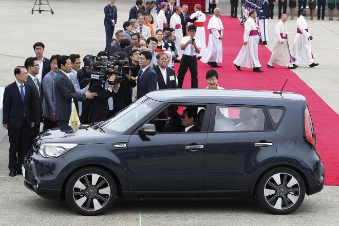 朴大統領らの出迎えをうけ、乗り込んだ車がこれ。たしかに小さい・・・=8月14日