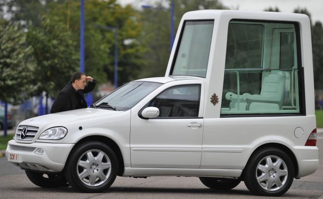これは2010年9月のもの。先代の法王ベネディクト16世の専用車です。防弾ガラスに覆われ、窓が開く部分も限られていました。