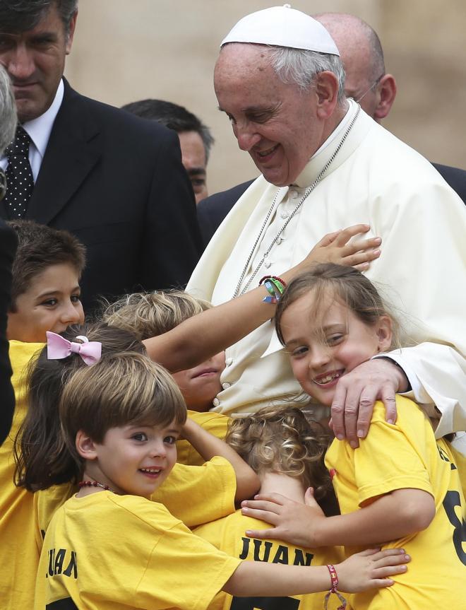 子どもたちに囲まれるフランシスコ法王=2014年6月