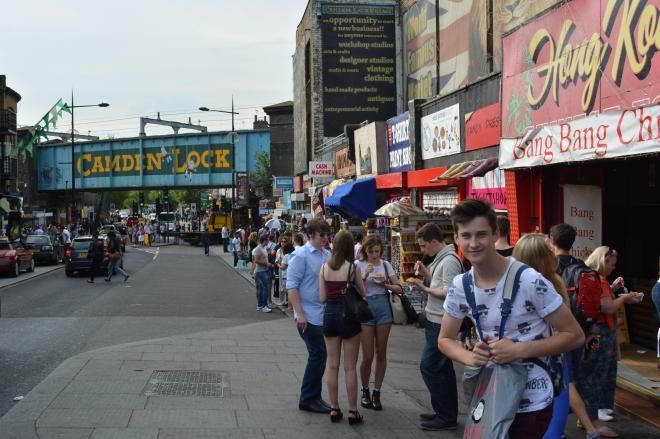 1日、大勢の観光客らでにぎわうロンドン北部の下町カムデン。土産物を売る店でも「危険ドラッグ」は売られていた