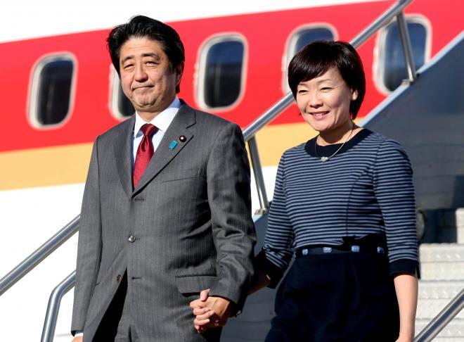 ニューヨークに到着した安倍晋三首相(左)と昭恵夫人=2013年9月24日