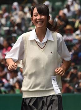 甲子園球場では、その爽やかな笑顔も注目を集めた
