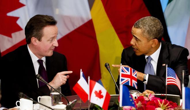G7首脳会合に臨む、キャメロン英首相(左)とオバマ米大統領=2014年3月24日
