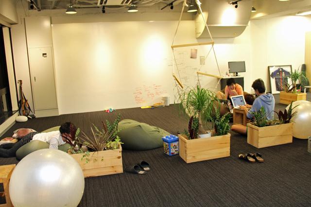 オフィスには、寝転びながらプログラミングする社員も
