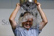 バケツに入った氷水を頭からかぶる、ソフトバンクの孫正義社長