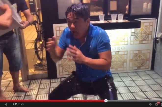氷水をあびる元ライブドア社長の堀江貴文さん