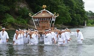 神輿洗いの儀式に荒川の清流を歩く若者ら。力士もこんな風に担がれていた?=2012年7月20日、秩父市