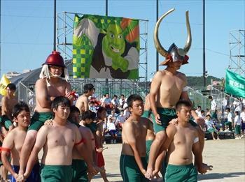 高校生による騎馬戦の様子。エコノミークラスです=2013年10月12日