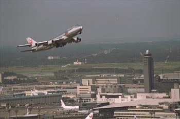 日本航空の無塗装のジャンボ貨物機=1992年1月1日