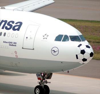 機首にサッカーボールが描かれた特別塗装機=2006年6月13日、中部国際空港で