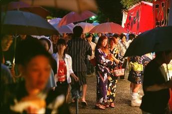小雨の熱田まつりには、早くも浴衣姿の女性も見られた=2001年6月5日、名古屋市熱田区の熱田神宮で