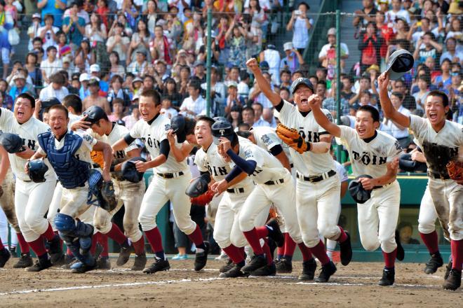 優勝を決め、笑顔でスタンドに向け駆け出す大阪桐蔭の選手たち