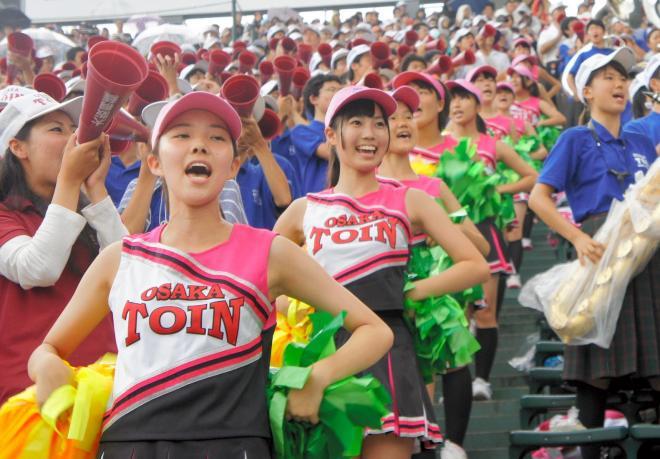 声を張り上げて応援する大阪桐蔭の生徒たち=2014年8月24日、阪神甲子園球場