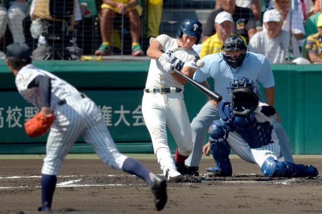 【大阪桐蔭―明徳義塾】1回表大阪桐蔭1死二塁、香月は右越えに2点本塁打を放つ。投手岸、捕手水野=加藤諒撮影