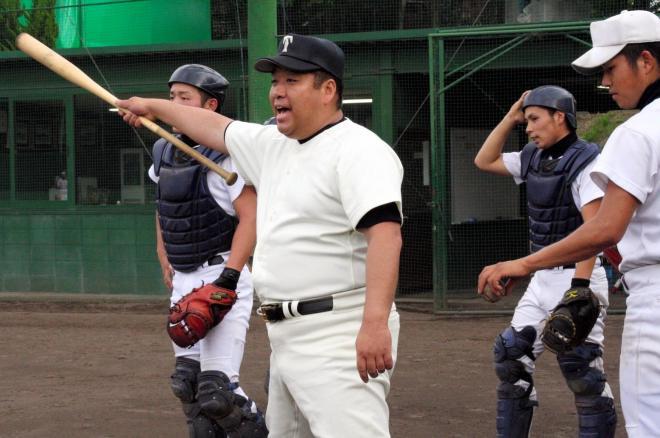 ノックバットを手に選手を指導する西谷浩一監督=2009年6月18日、大阪桐蔭グラウンド