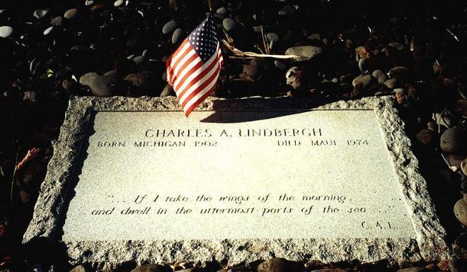 ハワイのパラパラ・ホオマウ教会にあるリンドバーグ氏の墓