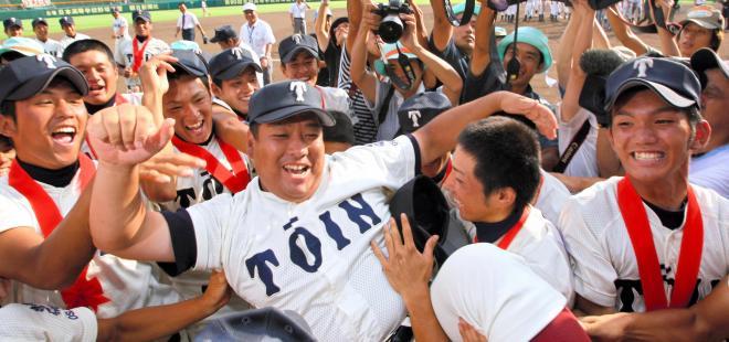 08年夏の第90回大会で優勝し、胴上げされる大阪桐蔭の西谷浩一監督=2008年8月18日