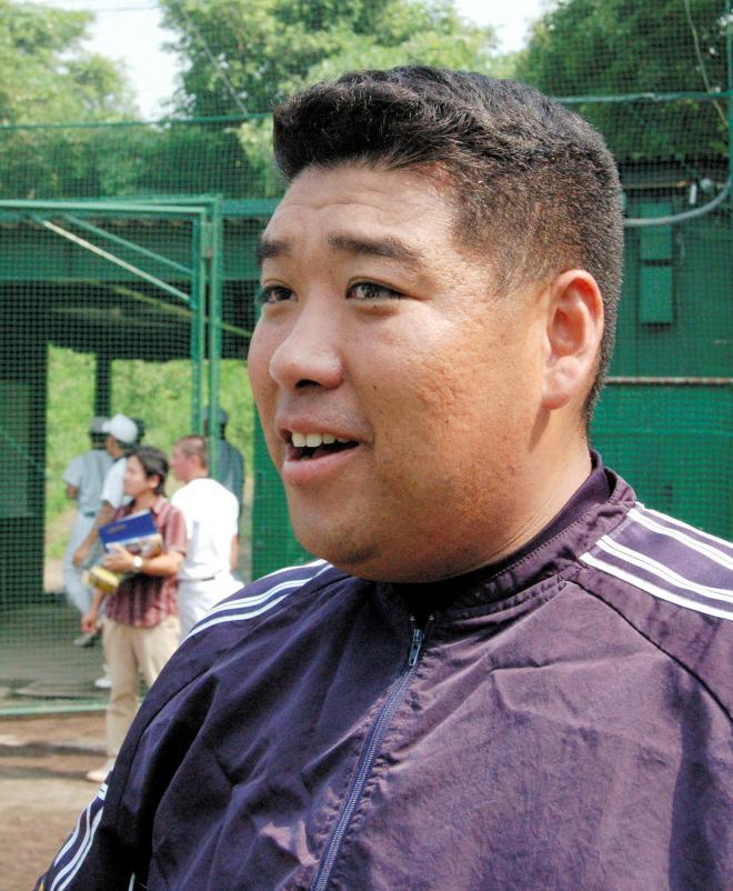 練習を見守る西谷浩一・大阪桐蔭監督。若い!=2006年8月4日
