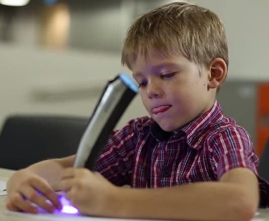 手元が熱くならず、子どもでも簡単に使える設計。インクも安全だそう