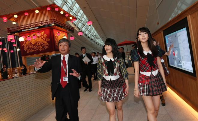空港ターミナルの知久守一・常務(左)は「旅の始まりは今も昔も日本橋です」と説明しました=(C)AKS