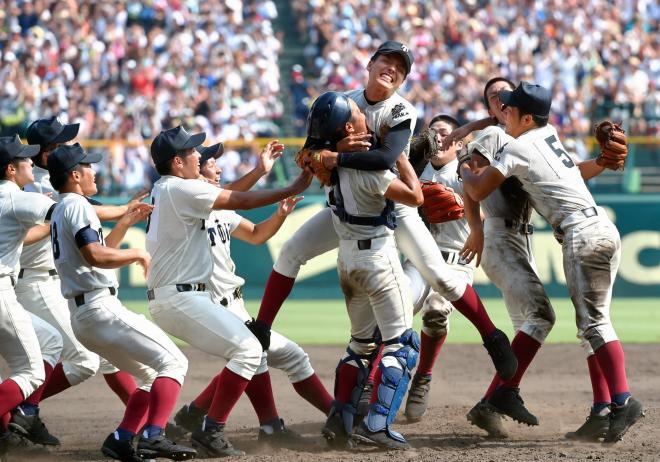 優勝を決め、抱き合って喜ぶ大阪桐蔭の選手たち=2014年8月25日、阪神甲子園球場