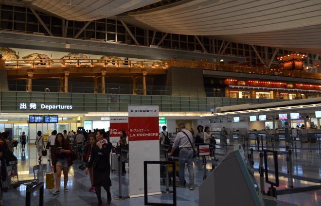 ターミナル4階から5階に架けられた「はねだ日本橋」(写真上部)。全長25メートル