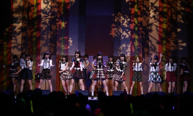 こけら落とし公演で歌うAKB48のメンバー=(C)AKS