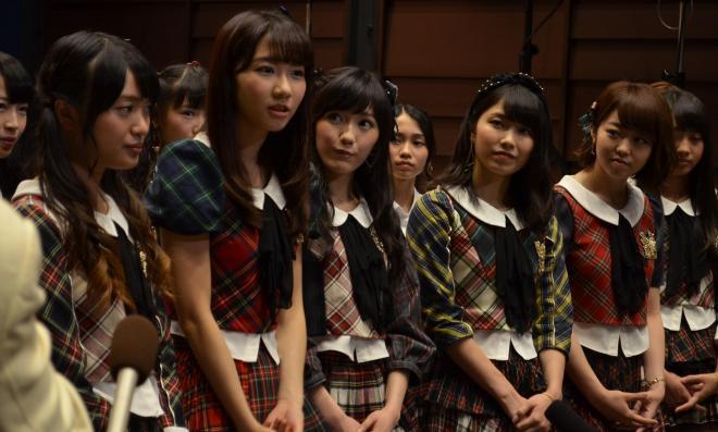 質問に答える柏木由紀さん(前列左から2人目)