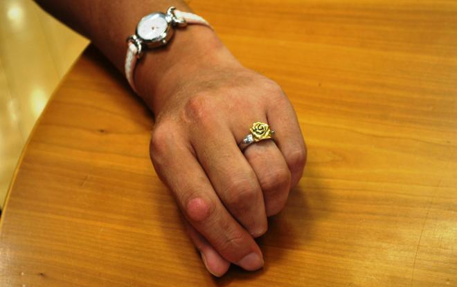 左手薬指には指輪をはめていた。「相手は二次元です。『ローゼンメイデン』という漫画・アニメ作品の真紅という人形キャラです」