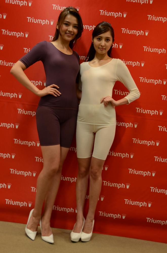 2014 トリンプ・イメージガール。高原愛さん(右)と大石絵里さん