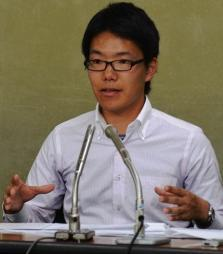 女性従業員に付き添い、記者会見するエステ・ユニオン執行委員、青木耕太郎氏