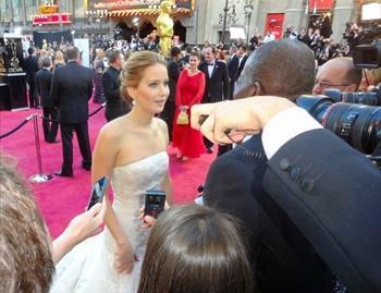 米アカデミー賞授賞式を前に、レッドカーペットで取材に応じるジェニファー・ローレンス=2013年2月24日
