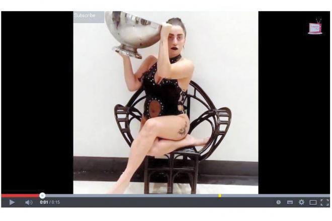 氷水をかぶる歌手のレディー・ガガさん=ユーチューブから