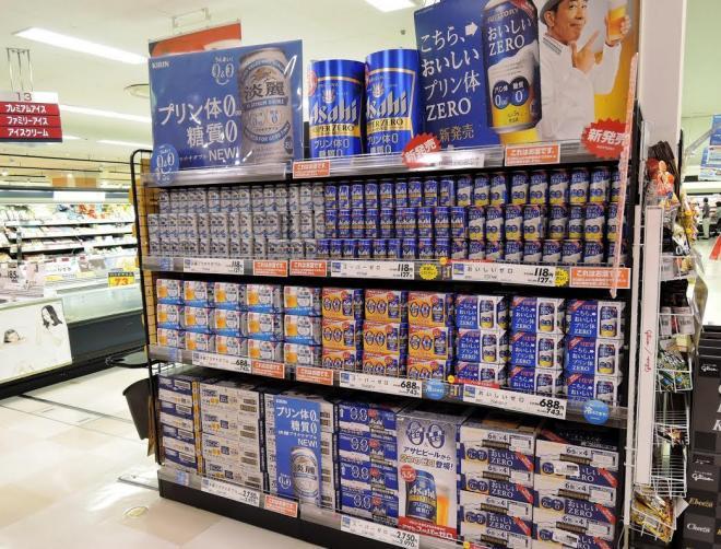 キリンビールの「淡麗プラチナダブル」が積まれた売り場。東京・江戸川区のイオン葛西店=下山祐治撮影