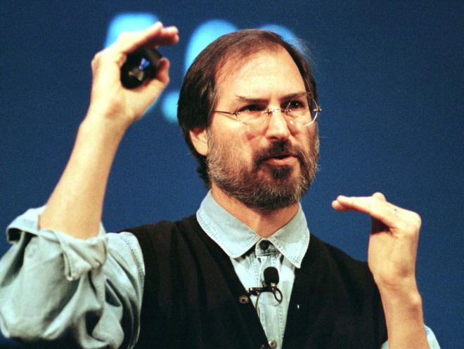 1997年11月、フリントセンターで製品発表するアップルCEO(当時)のスティーブ・ジョブズ氏。この時は「PowerBook G3」について語っていたが、今回は・・・