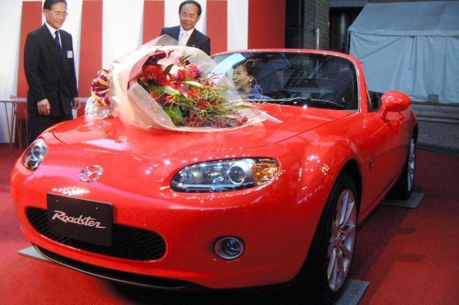 2005年の日本カー・オブ・ザ・イヤーにも選ばれた、マツダ・ロードスター(3代目)=2005年11月9日