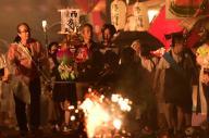 故人の魂を乗せた精霊船を引き坂を上る人たち=8月15日午後7時27分、長崎市、福岡亜純撮影