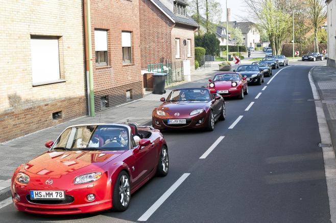 ロードスター(海外名MX―5)のファンがパレード=ドイツ・アーヘン近郊、マツダ提供