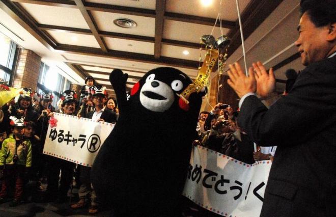 グランプリを獲得し、蒲島郁夫知事らに祝福されるくまモン=熊本県庁、2011年11月、土井恵里奈撮影