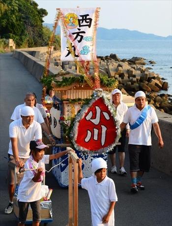 海沿いの道を、小川さんの精霊船が練り歩いた=2013年8月15日、長崎市香焼町
