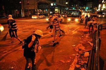 精霊流しの終了直後から路上に散らばった爆竹を片付ける人たち=2012年8月15日午後11時30分、長崎市浜町