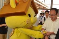 通勤客らに自身への投票を呼びかけるチラシを手渡すしまねっこ=島根県松江市中原町、宮野拓也撮影