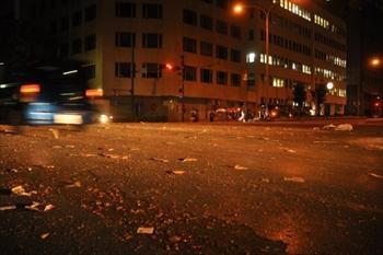 多くの精霊船が通った県庁坂は、たくさんの爆竹のごみで埋めつくされていた=2012年8月15日午後10時7分、長崎市江戸町
