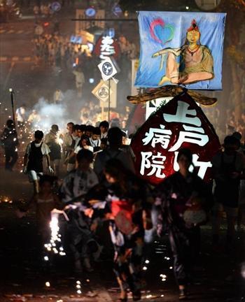家族や地域の人たちに引かれた精霊船が街中を練り歩いた=2013年8月15日、長崎市