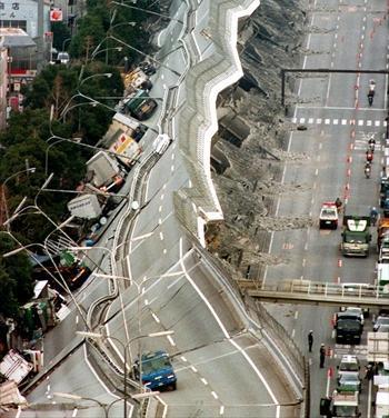 地震で倒壊した阪神高速神戸線=95年1月17日、神戸市東灘区